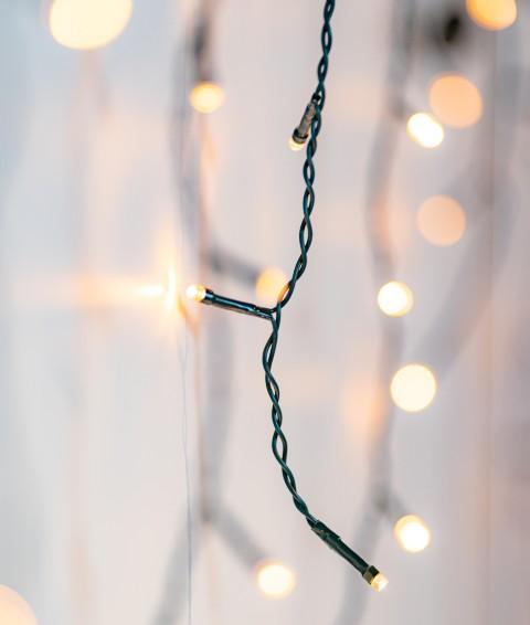 Ijspegel kersterstverlichting buiten veel lampjes